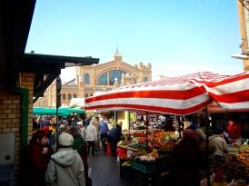 Bustling Hala Mirovska market
