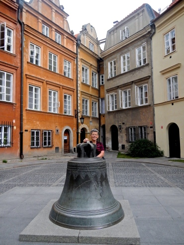 KANONIA - small triangular square so named because of the canons and priests who lived in the old style buildings in the 17th century. The large bronze bell has never been hung, but if circled 3 times is said to bring luck. In the background corner is the narrowest house in Warsaw - a clever trick to reduce land tax due to narrow external façade - It widens in the back!