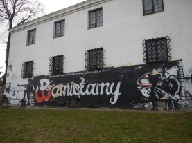Graffiti showing the Uprising symbol and the word 'Pamiętamy'.... meaning .. Remember.