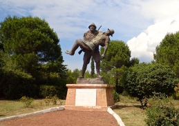 We saw this statue of a Turkish soldier carrying a wounded allied soldier at Pine Ridge. It is based on an incident reported by one Lieutenant Casey, who later became the 16th Governor General of Australia (1965). It symbolises the compassion and chivalry shown by both sides.