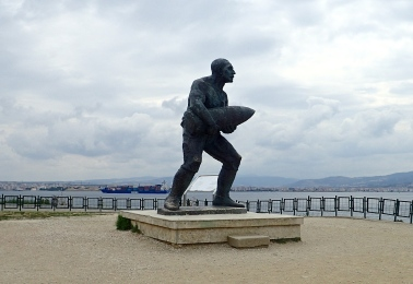 The story of this statue is remarkable! It commemorates one of Turkey's heroes Corporal Seyit. During the naval bombardment of 18th March 1915, his unloader was destroyed, so he carried and loaded a 275kg shell on his own to keep his gun in action. The film we saw showed that he sunk an allied ship with this shell.
